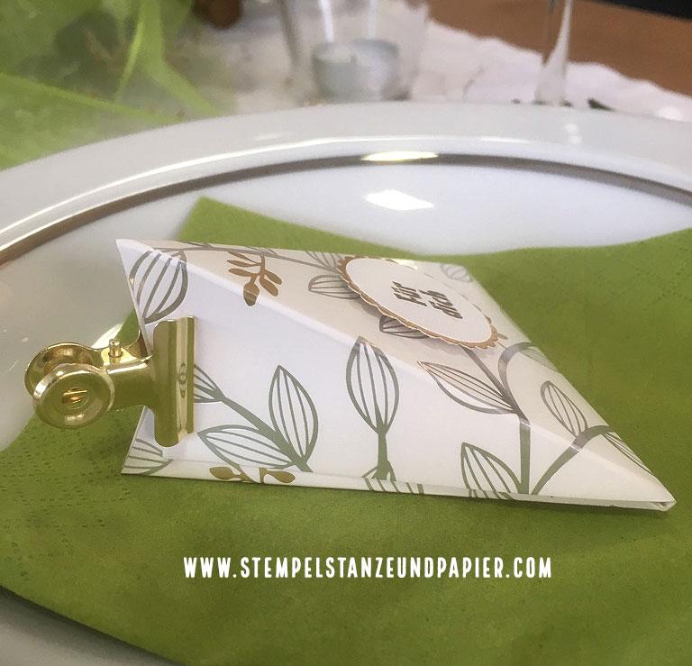 Dreieckschachtel mit Anleitung Seitenansicht mit goldener Buchklemme